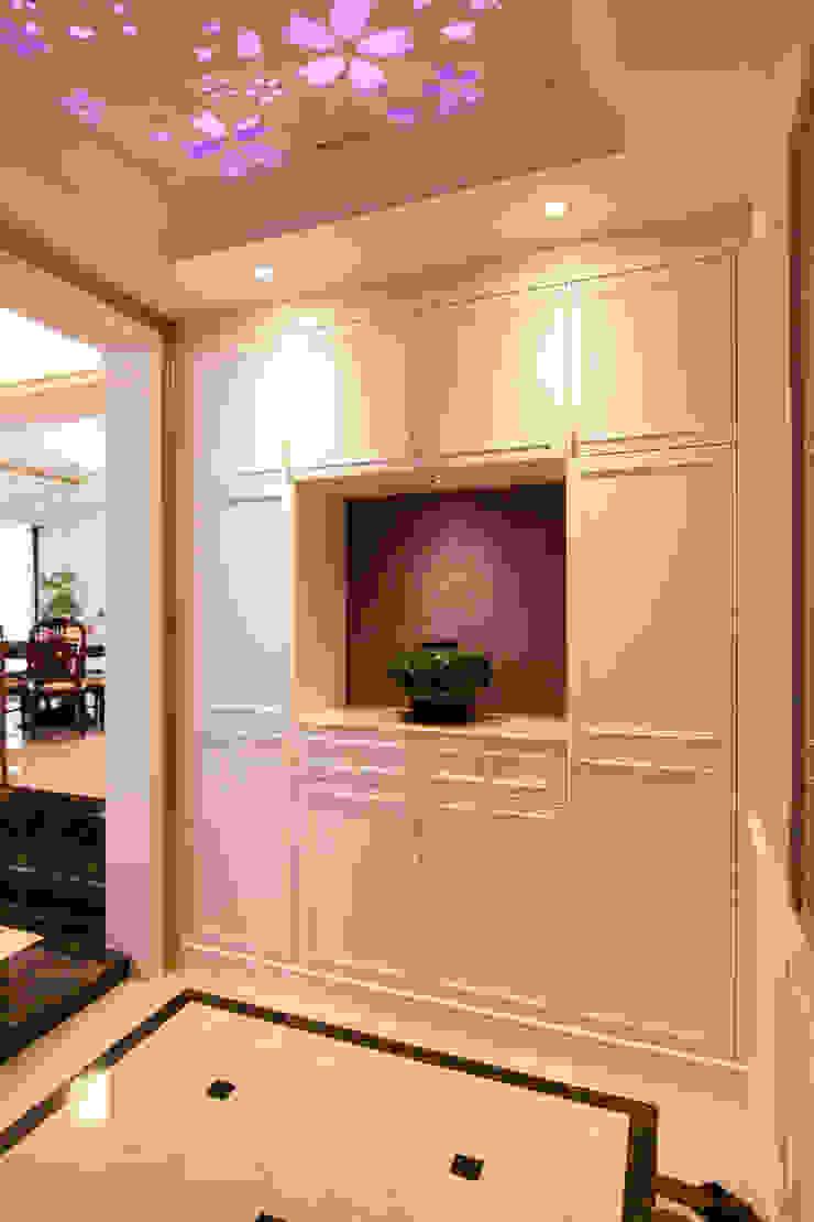 入口玄關 經典風格的走廊,走廊和樓梯 根據 Hi+Design/Interior.Architecture. 寰邑空間設計 古典風