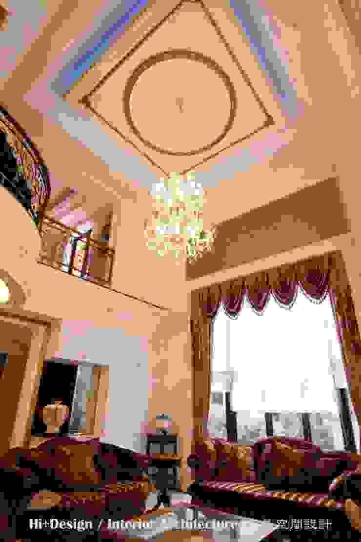 挑高的客廳 根據 Hi+Design/Interior.Architecture. 寰邑空間設計 古典風
