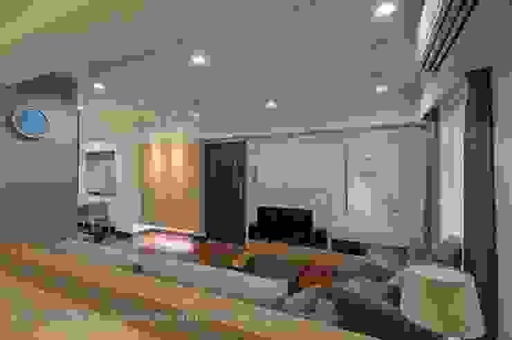 入口玄關與客廳電視牆 根據 Hi+Design/Interior.Architecture. 寰邑空間設計 北歐風