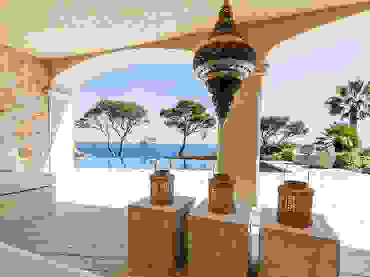 Naturstein-Villa mit Infinity-Pool und pflegeleichten Premium WPC Terrassendielen (massiv) Mediterraner Balkon, Veranda & Terrasse von MYDECK GmbH Mediterran