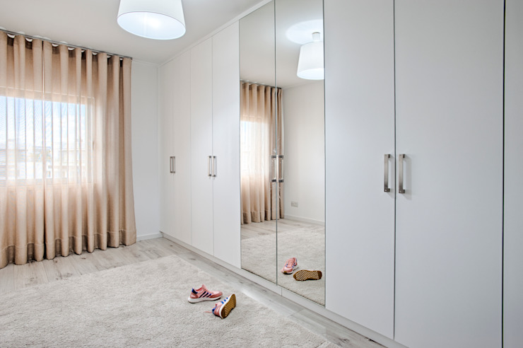 homify Modern dressing room White