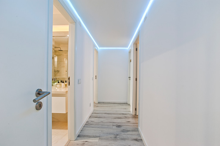 Corredor Corredores, halls e escadas modernos por homify Moderno
