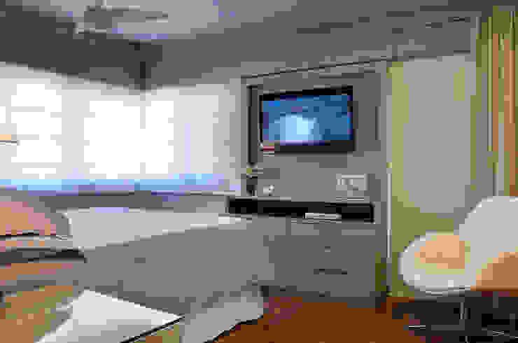 Camera da letto moderna di Ana Maria Dickow Arquitetura & Interiores Moderno MDF