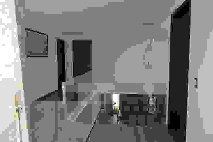 Paso en planta alta Pasillos, vestíbulos y escaleras de estilo moderno de ANTARA DISEÑO Y CONSTRUCCIÓN SA DE CV Moderno Vidrio