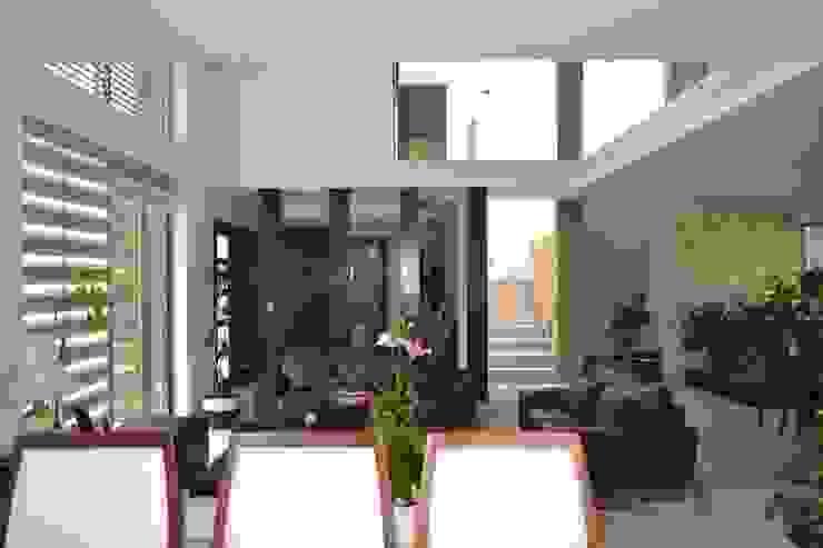 Vista de comedor a estancia Salas de estilo moderno de ANTARA DISEÑO Y CONSTRUCCIÓN SA DE CV Moderno Cerámico