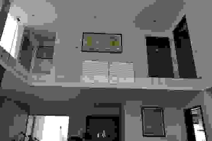 Vista doble altura Pasillos, vestíbulos y escaleras de estilo moderno de ANTARA DISEÑO Y CONSTRUCCIÓN SA DE CV Moderno Vidrio