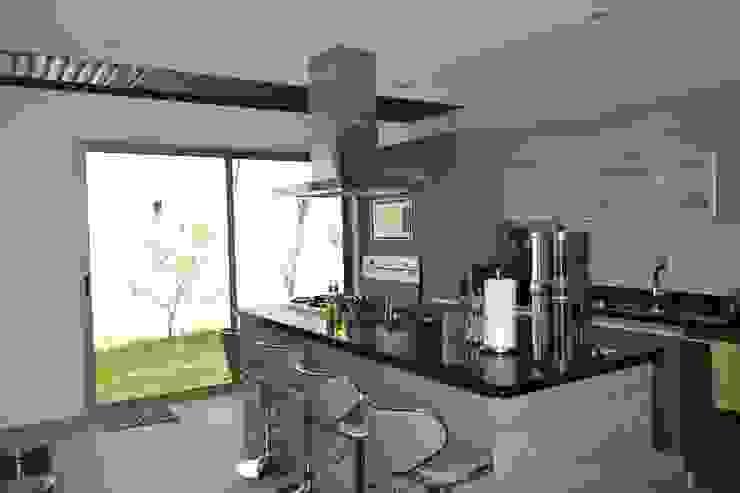 Cocina con desayunador Cocinas de estilo moderno de ANTARA DISEÑO Y CONSTRUCCIÓN SA DE CV Moderno Granito