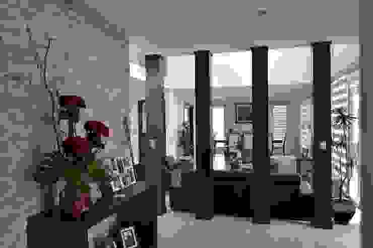 Recibidor Pasillos, vestíbulos y escaleras de estilo moderno de ANTARA DISEÑO Y CONSTRUCCIÓN SA DE CV Moderno Piedra