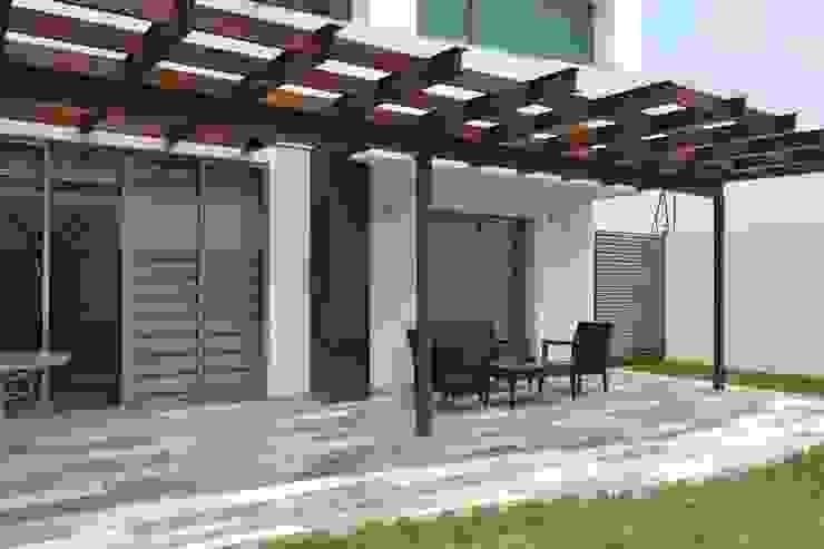 Terraza de jardín Balcones y terrazas modernos de ANTARA DISEÑO Y CONSTRUCCIÓN SA DE CV Moderno Madera Acabado en madera
