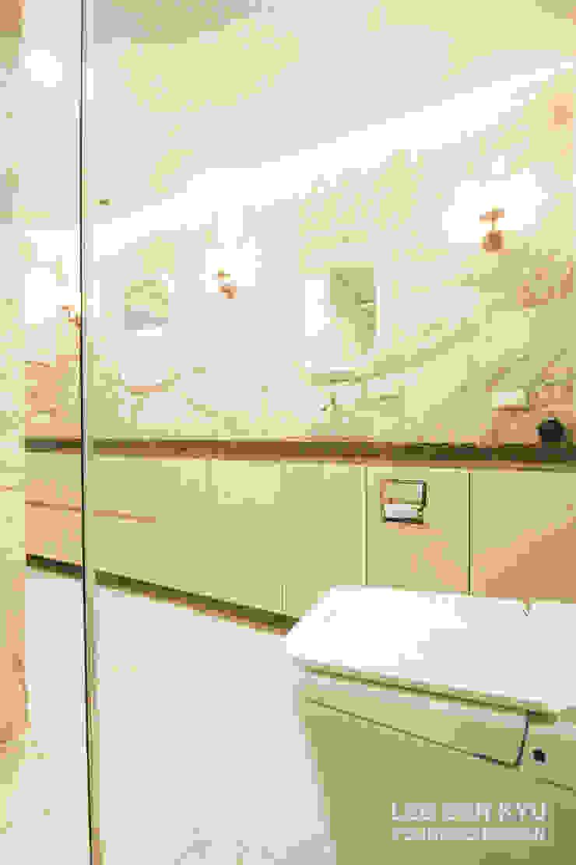 파우더와 함께 있는 욕실 모던스타일 욕실 by 영보디자인 YOUNGBO DESIGN 모던