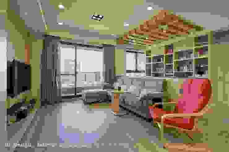 客廳+開放書房 现代客厅設計點子、靈感 & 圖片 根據 Hi+Design/Interior.Architecture. 寰邑空間設計 現代風