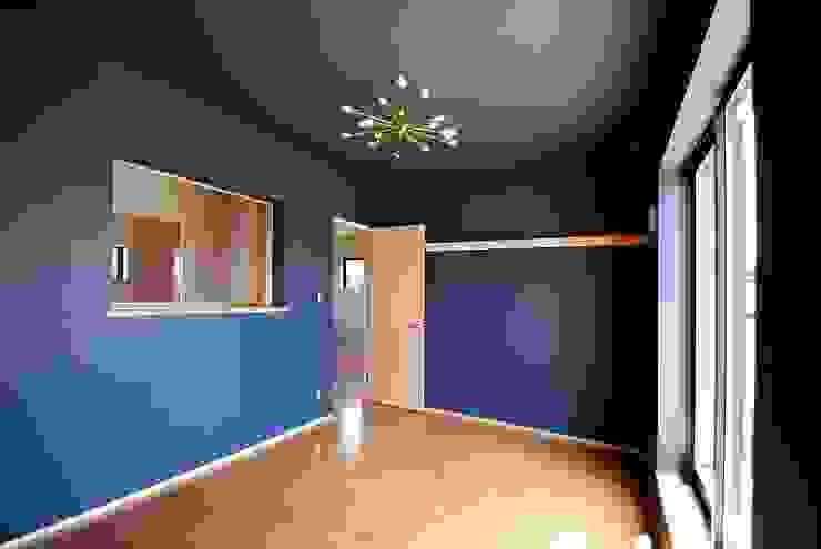 s邸 - トリコム - モダンスタイルの寝室 の Ju Design 建築設計室 モダン