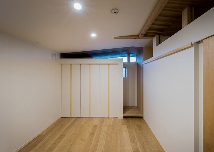 t邸 - 包み込む - モダンスタイルの寝室 の Ju Design 建築設計室 モダン