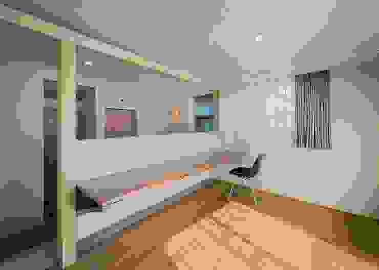 t邸 - 包み込む - モダンデザインの リビング の Ju Design 建築設計室 モダン