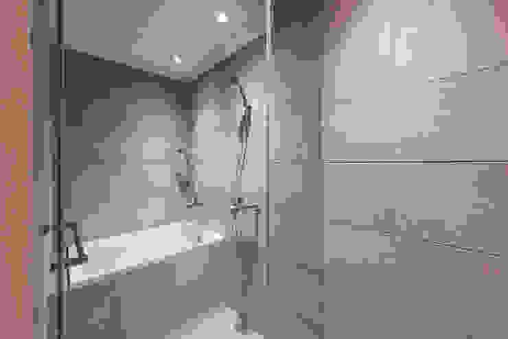 Baños de estilo ecléctico de 隹設計 ZHUI Design Studio Ecléctico