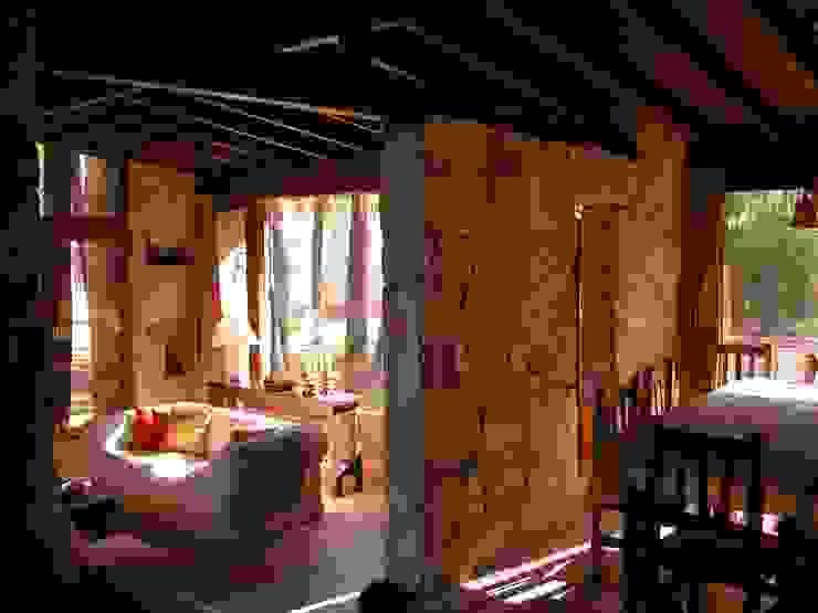 CASA EN EL BOSQUE Livings modernos: Ideas, imágenes y decoración de LLACAY arquitectos Moderno Piedra