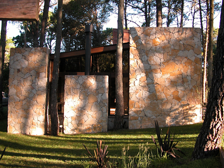 CASA EN EL BOSQUE Casas minimalistas de LLACAY arquitectos Minimalista Piedra