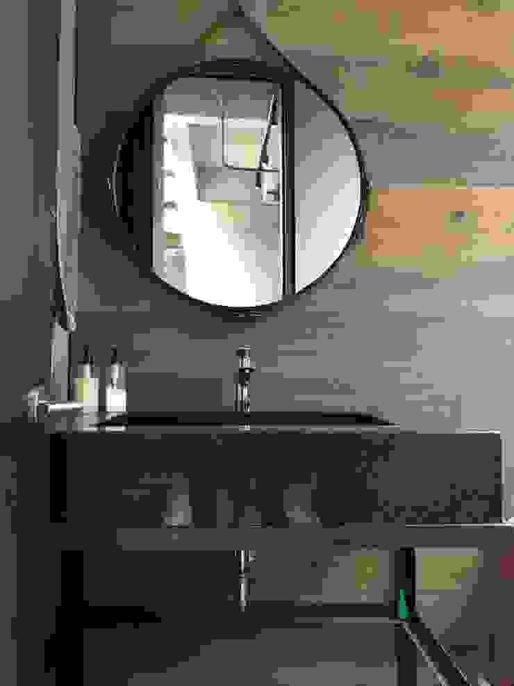 Baño social Baños de estilo industrial de Ecologik Industrial Madera Acabado en madera