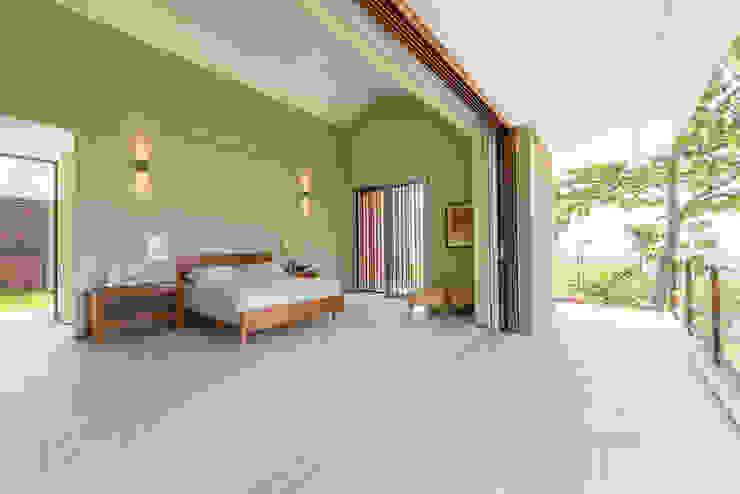 Bedroom by toroposada arquitectos sas , Tropical