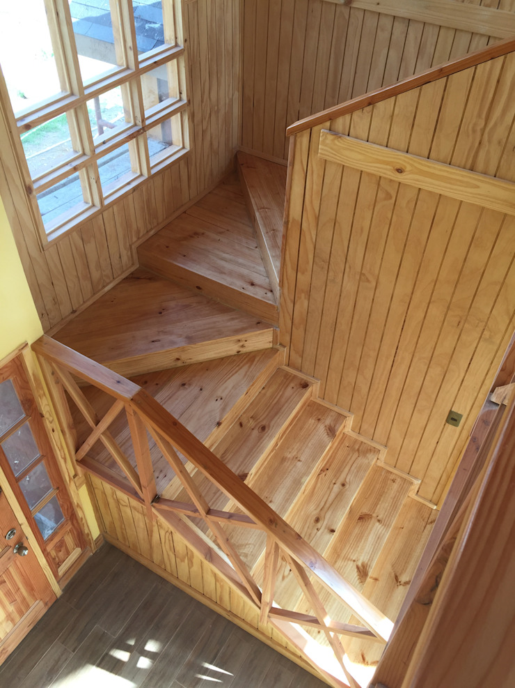 """PROYECTO """"OLIVARES-TUCHNER"""" Pasillos, halls y escaleras rústicos de CONSTRUCTORA RIO MAYER SPA Rústico Madera Acabado en madera"""