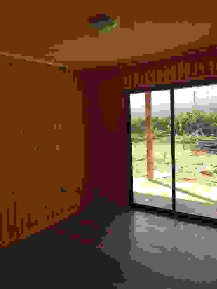 """PROYECTO """"OLIVARES-TUCHNER"""" Dormitorios de estilo rústico de CONSTRUCTORA RIO MAYER SPA Rústico Madera Acabado en madera"""