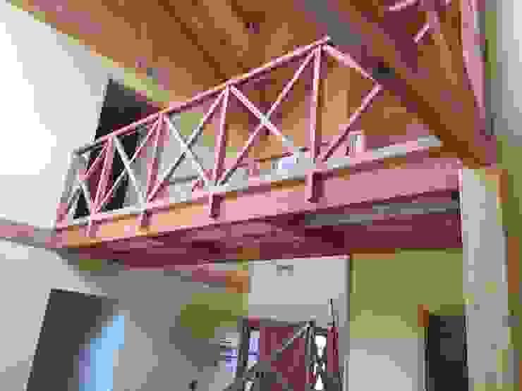"""PROYECTO """"OLIVARES-TUCHNER"""" CONSTRUCTORA RIO MAYER SPA Pasillos, halls y escaleras rústicos Madera Acabado en madera"""