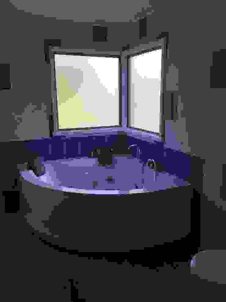 """PROYECTO """"OLIVARES-TUCHNER"""" Baños de estilo rústico de CONSTRUCTORA RIO MAYER SPA Rústico Cerámico"""