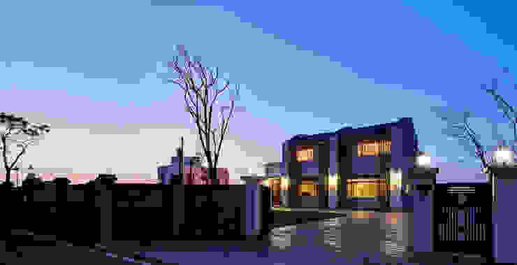 北緯23.5度 23.5 Degrees North of the Equator 現代房屋設計點子、靈感 & 圖片 根據 Glocal Architecture Office (G.A.O) 吳宗憲建築師事務所/安藤國際室內裝修工程有限公司 現代風