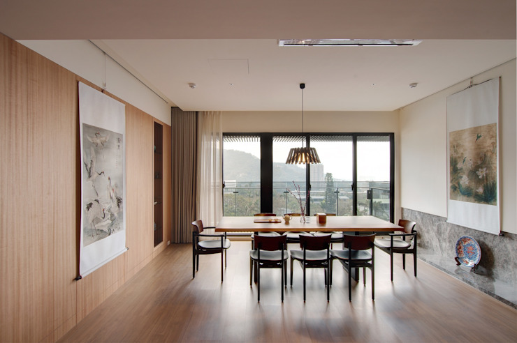Asian style dining room by 直方設計有限公司 Asian Solid Wood Multicolored
