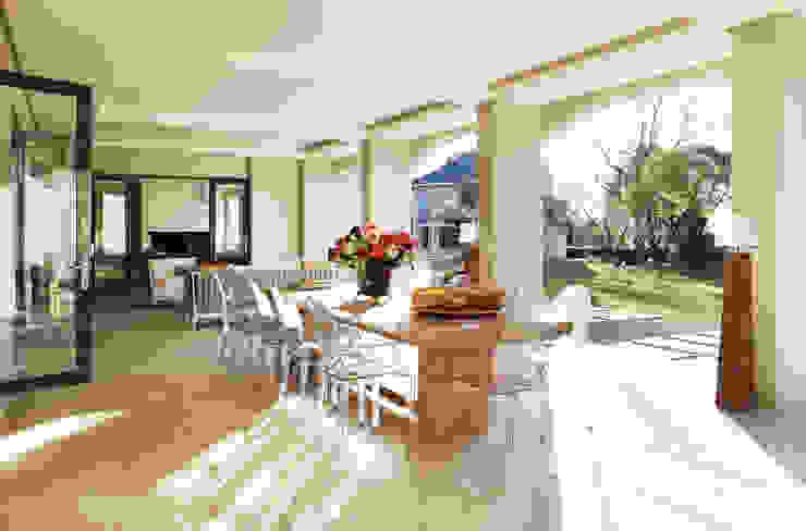 Sandhurst home: modern  by Casarredo, Modern