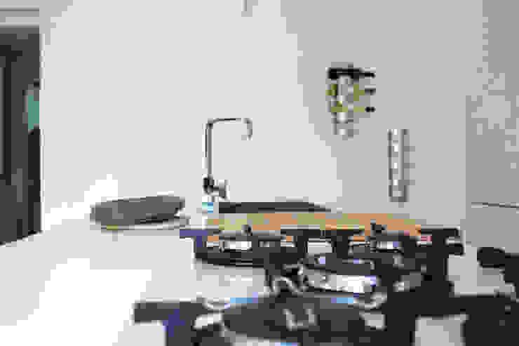 Isola Cucina moderna di Architetto Luigia Pace Moderno Legno Effetto legno