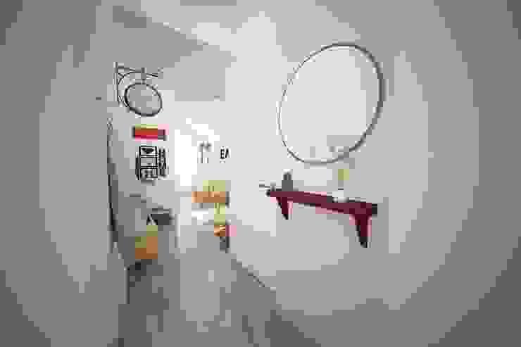 Espaços Renovados Modern Corridor, Hallway and Staircase