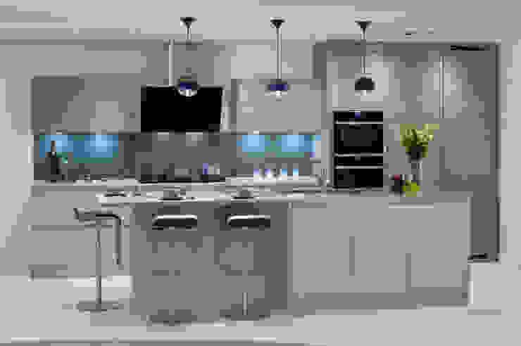 French Grey & Supermatt Cashmere Handleless Kitchen Urban Myth Modern style kitchen Brown