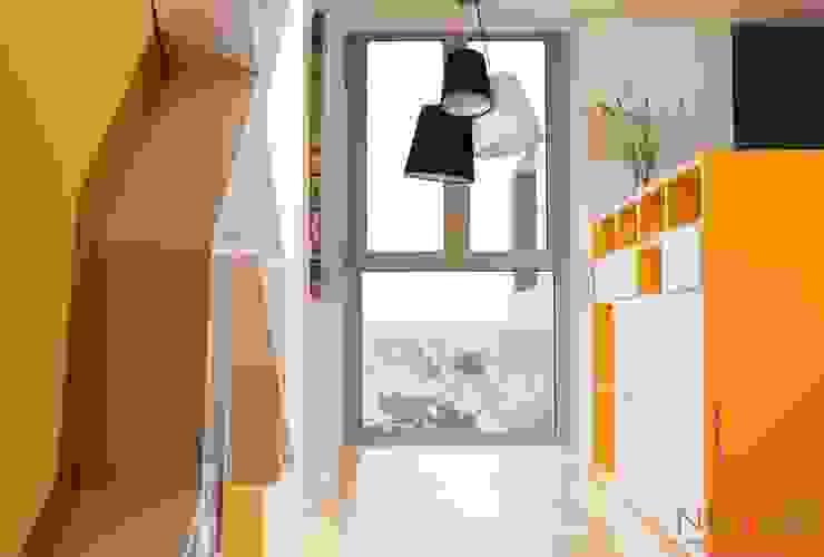 Modern corridor, hallway & stairs by NUVART Modern