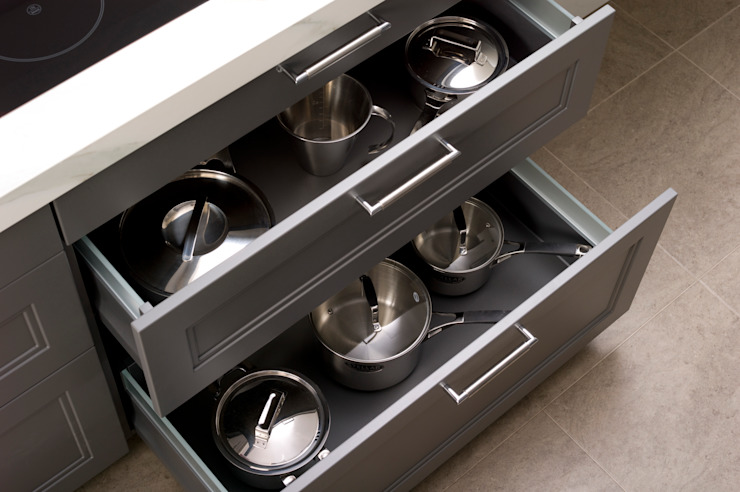 Lava Grey Shaker Style Kitchen pull out storage Dapur Gaya Country Oleh Urban Myth Country