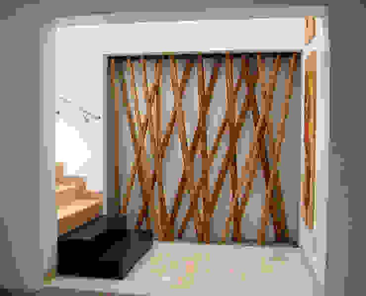Escaleras y nicho decorativo de bambú Pasillos, vestíbulos y escaleras de estilo mediterráneo de homify Mediterráneo