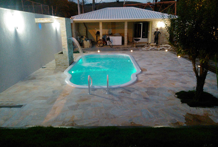 Piscina mediana´para casas campestres y fincas :  de estilo tropical por IGUI FIBRAPISCINAS, Tropical Compuestos de madera y plástico