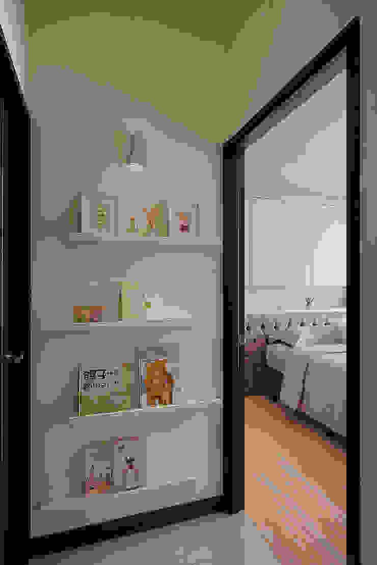 端景與主臥 現代風玄關、走廊與階梯 根據 趙玲室內設計 現代風