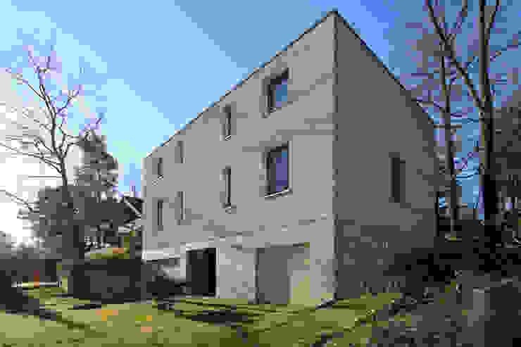 Zweifamilienhaus in Glienicke Minimalistische Häuser von Alexander Paul Architekt Minimalistisch Kalkstein