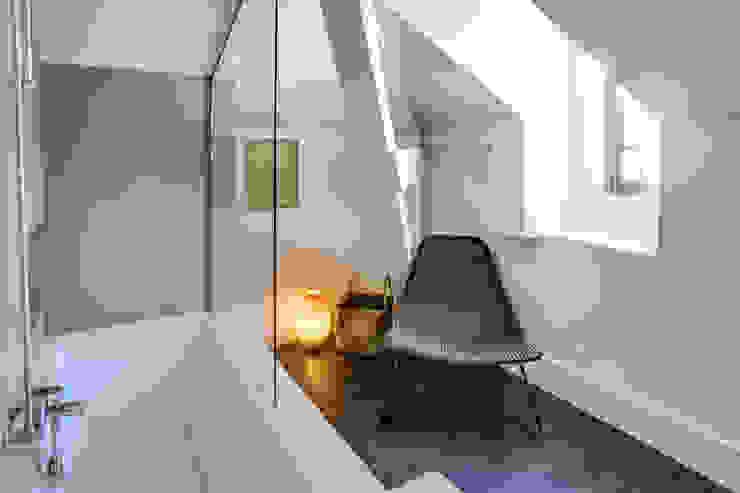 SOUS LES TOITS, BORDEAUX Salle de bain moderne par Audrey Boey Moderne