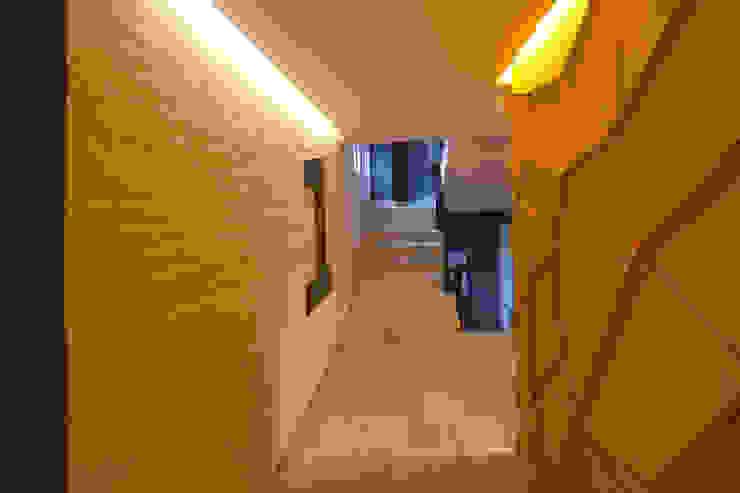 Modern Corridor, Hallway and Staircase by Boué Arquitectos Modern Concrete