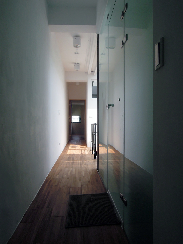House toward Sky 鍾宅 現代風玄關、走廊與階梯 根據 構築設計 現代風