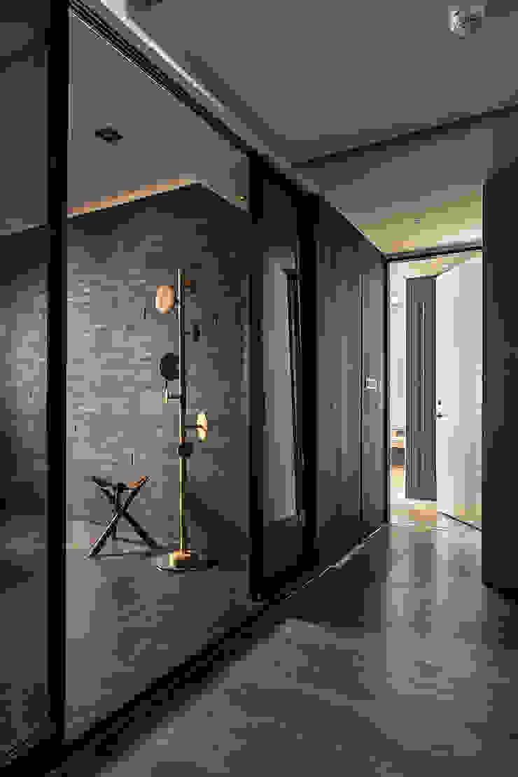 層峰匯 現代風玄關、走廊與階梯 根據 齊家。空間設計 現代風