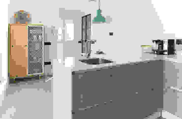 Nhà bếp phong cách Bắc Âu bởi emmme studio Bắc Âu Gỗ Wood effect