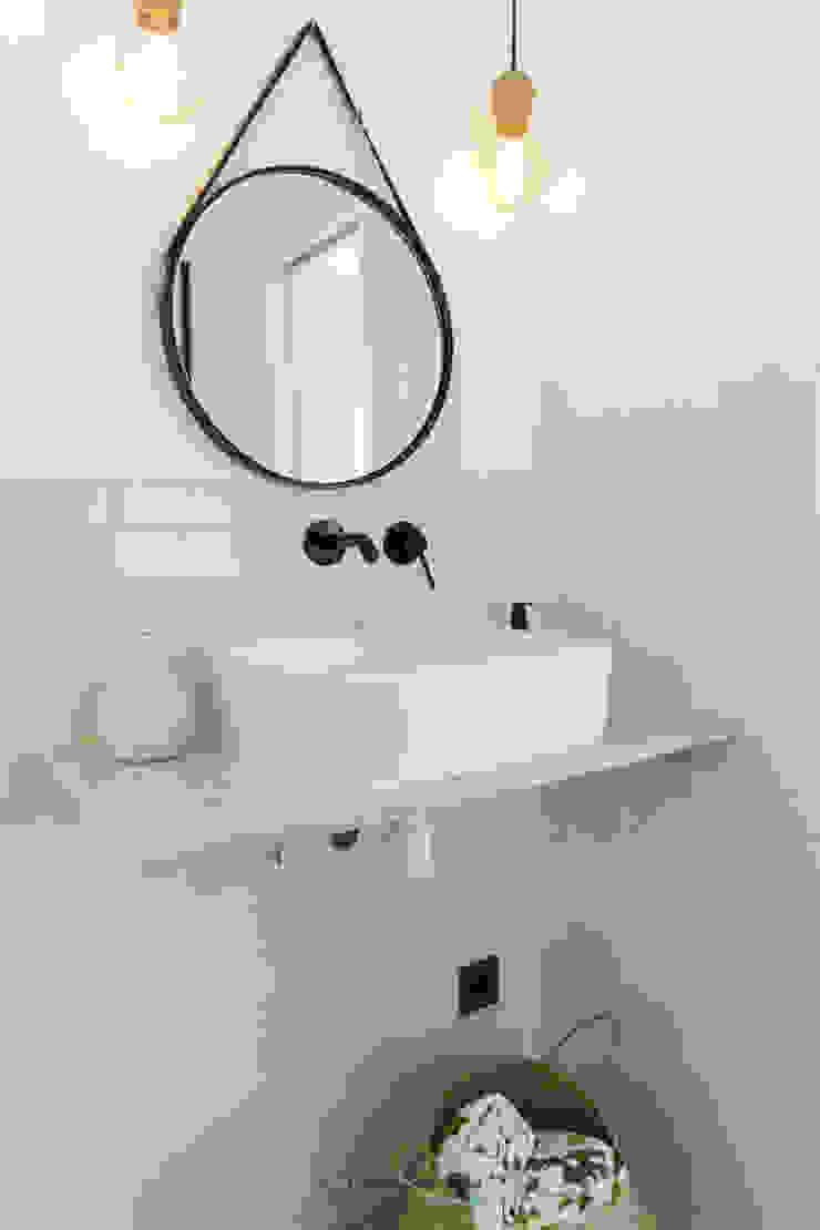Phòng tắm phong cách Bắc Âu bởi emmme studio Bắc Âu Gạch ốp lát