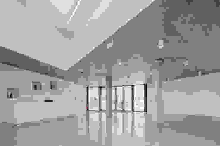 Couloir, entrée, escaliers minimalistes par Plano Humano Arquitectos Minimaliste Béton armé