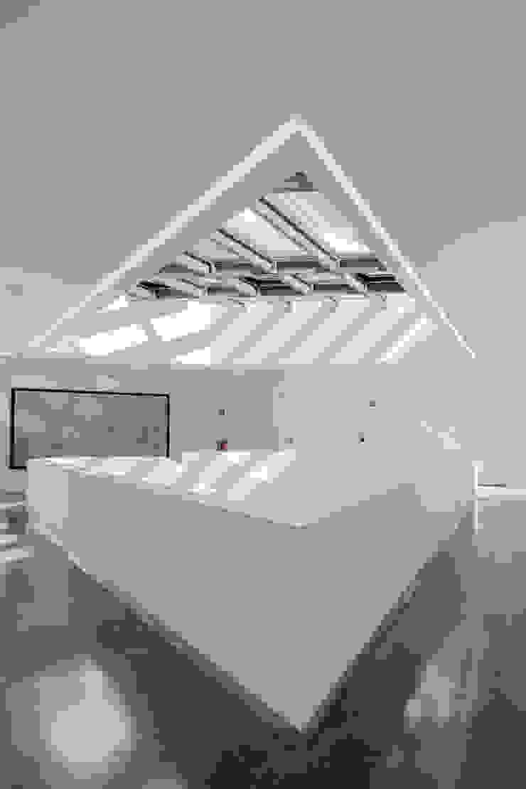 Couloir, entrée, escaliers minimalistes par Plano Humano Arquitectos Minimaliste Béton