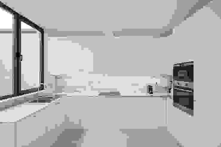 Centro Pastoral de Moscavide Plano Humano Arquitectos Cozinhas minimalistas Pedra Branco