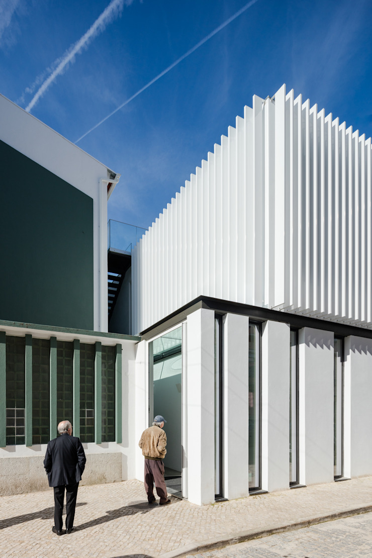 Maisons minimalistes par Plano Humano Arquitectos Minimaliste Aluminium/Zinc
