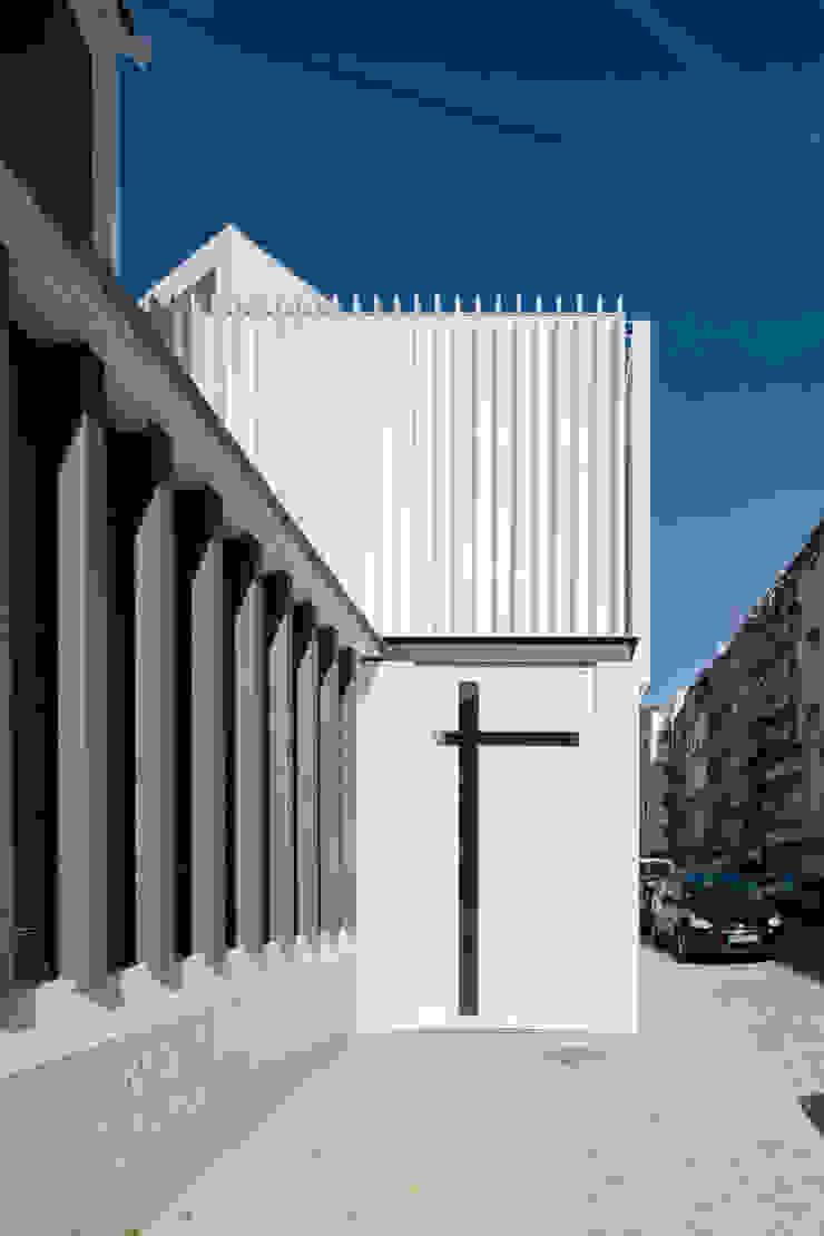 by Plano Humano Arquitectos Мінімалістичний Алюміній / цинк